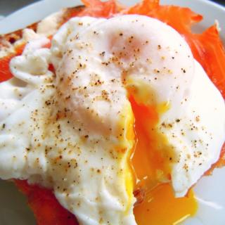 recetas-desayuno-huevos-escalfados-con-pimientos-de-colores_2