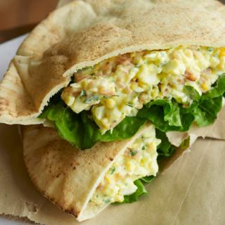 recetas-desayuno-pitas-de-huevo-con-tocino-tomate-y-aguacate_2