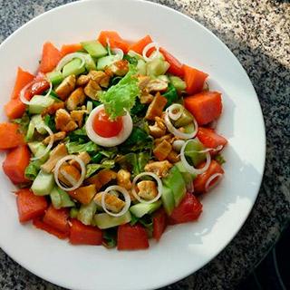 Ensalada de Pechugas de Pollo con Pepino, Cebolla y Papaya,